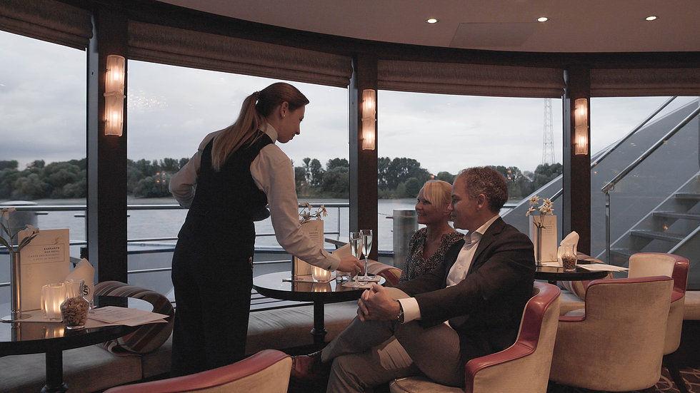 Bárfelszolgáló folyami luxushajón